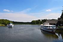 """Na jezero se vracejí turistické okružní plavby, pravidelná """"lodní MHD"""" mezi přístavišti začne jezdit od soboty."""