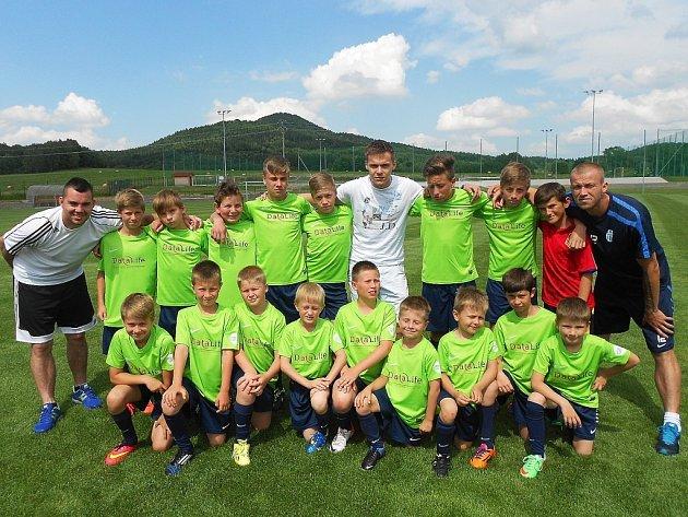 Účastníci prvního turnusu Fotbalového kempu mládeže 2014, včetně patrona Tomáše Fabiána.