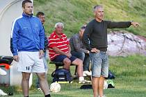 Trenér Korda diriguje hráče.