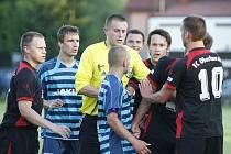 Rozhodčí Řeháček uklidňuje hráče.