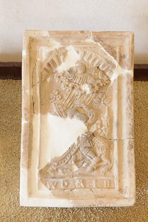 Kvytápění interiérů sloužila kachlová kamna, jednotlivé kachle bývaly bohatě zdobeny, zde například biblickým výjevem Obrácení sv. Pavla.