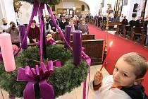Žehnáním adventních věnců a zapálením první ze čtyř svící na nich byl v neděli 27. listopadu 2011 zahájen advent.
