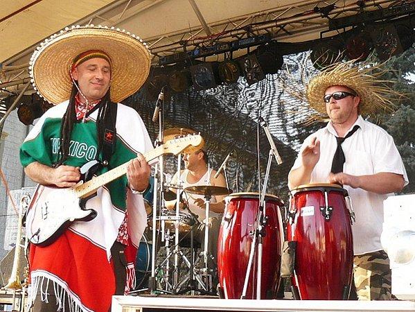 Stejně jako každý rok, tak iletos proběhly ovíkendu Sklářské slavnosti. Náměstí roztancovala skupina Los Chuperos.