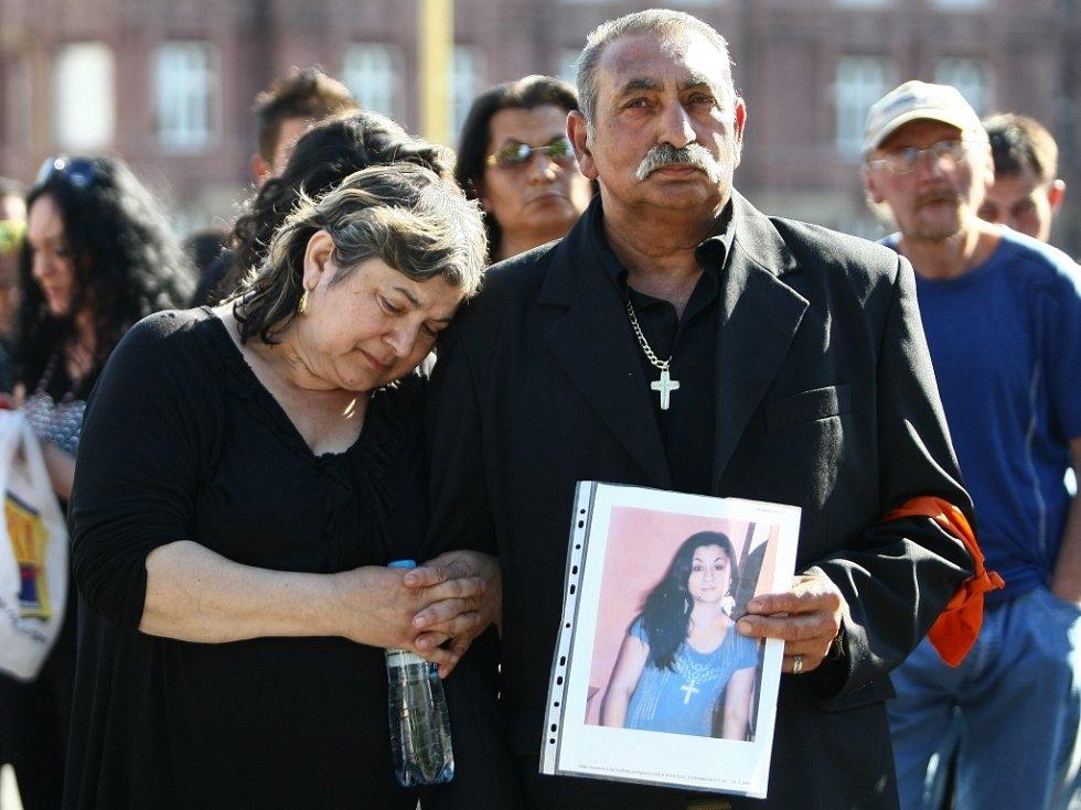 Proti stíhání obviněného na svobodě protestovala loni 6. června na náměstí v Novém Boru zhruba stovka lidí, zejména příbuzní a přátelé čtyřiatřicetileté Evy.