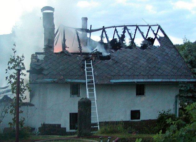 Úmyslené zapálení stálo za požárem rodinného domu v Kunraticích u Cvikova ze 4. června 2008. Škoda? 3 a půl milionu korun.