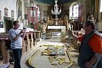 Vzácný barokní oltář z kostela sv. Jiljí na Bezdězu se už vrátil na své původní místo v bezdězském svatostánku.