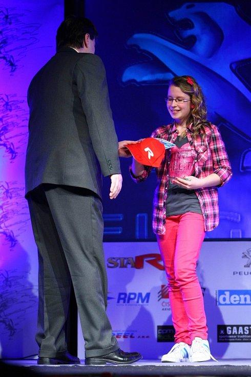 Karatistka Barbora Znamenáčková převzala cenu za třetí místo v kategorii jednotlivci mládež.