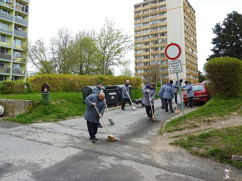 S jarním úklidem chodníků a silnic začali v dubnu v České Lípě opět pomáhat odsouzení z věznice ve Stráži pod Ralskem.