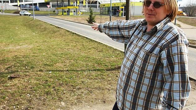 Tomáš Resl ukazuje, kde ho nečekaně napadlo metrákové divoké prase.  To se prohánělo v pondělí odpoledne na sídlišti plném lidí a hrajících si dětí.