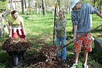 Dobrovolníci o víkendu uklidili také židovský hřbitov v České Lípě.