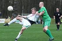 Třetí jarní vítězství v řadě vydolovali divizní fotbalisté FC Nový Bor (bílé dresy) v domácím duelu proti Žatci, který porazili v poměru 5:2.