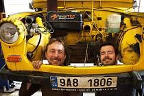 Dan Přibáň (vlevo) podnikl s trabantem svou dosud nejnáročnější expedici půlroční dobrodružnou výpravu po Tichomoří.