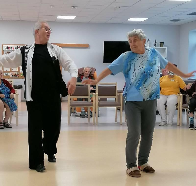 Nevyléčitelně nemocní vyzkoušeli tanec. Opatrné kroky i disko rozzářily tváře