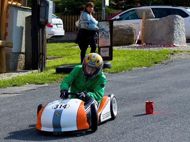 Rekordních sedmasedmdesát závodníků z celé republiky se v sobotu postavilo na start 16. ročníku Minikárových závodů v Okrouhlé u Nového Boru.