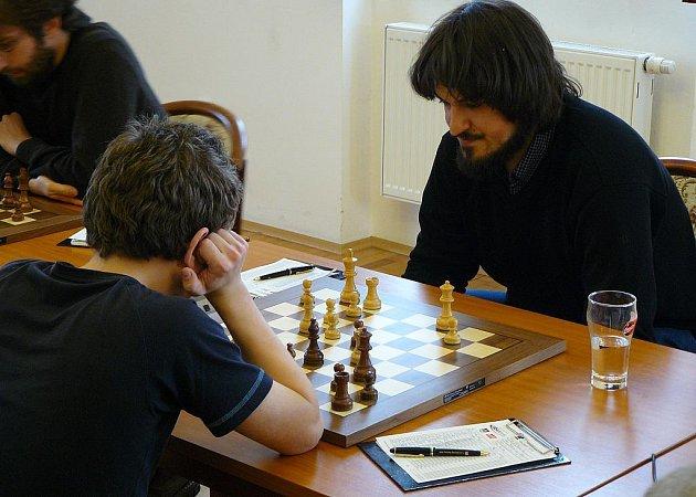 Špatná varianta. Jiří Štoček (vpravo) nezvolil proti největšímu českému talentu Vojtěchu Plátovi nejlepší variantu zahájení a nakonec byl rád za remízu.