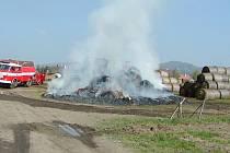 Hasiči nechali stoh pod kontrolou vyhořet. Vzniklá škoda byla vyčíslena na 50 tisíc korun.