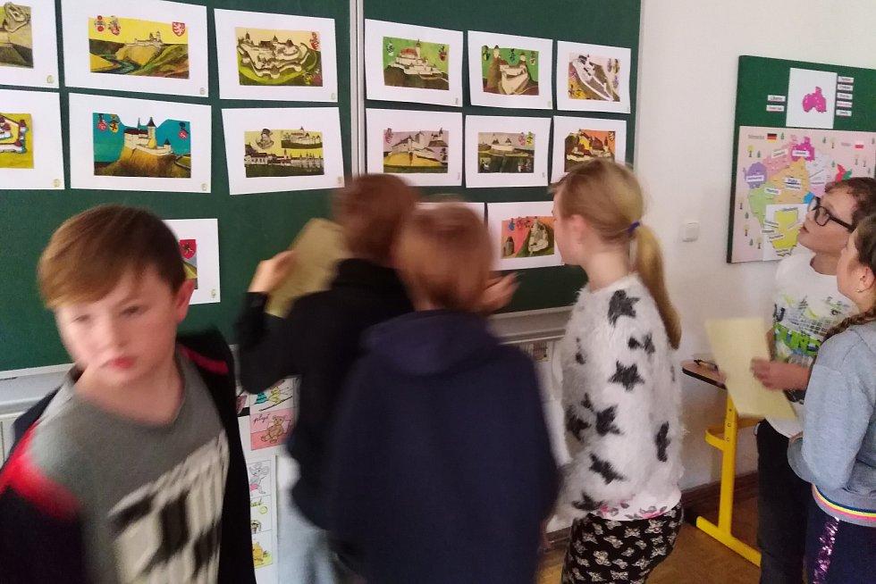 Škola ve Volfarticích pozvala žáky na výlet časem. Konal se tu Volfartický Vlastík.