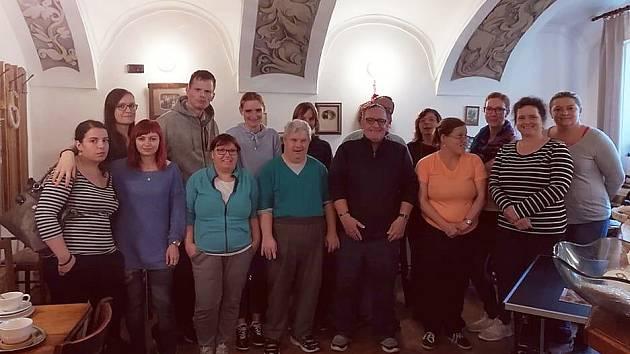 Uživatelé služeb Rytmus Liberec, o.p.s. si měli možnost vyzkoušet práci v pekárně vJablonném v Podještědí.