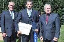 Modrou stuhu pro Prysk za společenský život loni převzal starosta Jan Sviták.