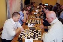 Na 1. šachovnici to kmitalo příliš rychle - bílými celkový vítěz Pavel Paganik proti Romanu Borešovi (Novoborský ŠK, celkově 9.), na 2. šachovnici souboj 2. (Jindřich Melich černými) a 3. (s těžkou hlavou David Vichnar bílými) v pořadí.