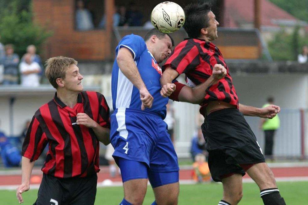 Českolipský kapitán Roman Leitner (vlevo)  předvedl v utkání proti Desné několik kvalitních obranných zákroků, ale porážce svého týmu stejně nezabránil.
