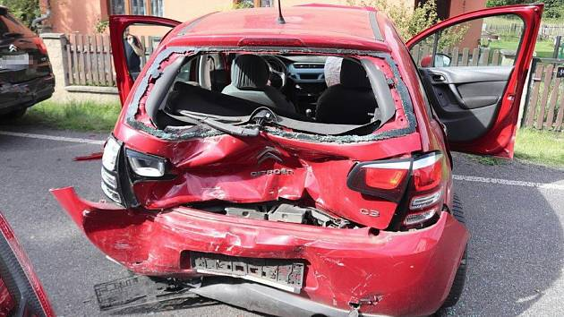 Auto, ve kterém jela žena, která hodinu před nehodou nebyla připoutaná.