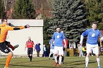 Gólman Stýblo likviduje poslední rohový kop domácích Novin v 94. minutě zápasu, a výrazně tak přispěl ke třem bodům hostí.