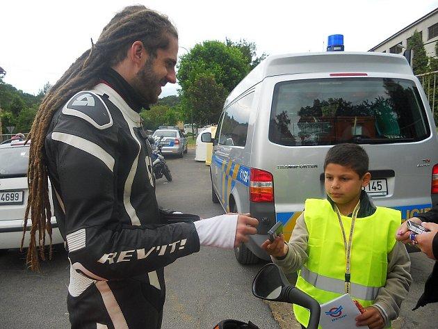 Děti z domova v Deštné namalovaly obrázky se sluníčky a mráčky, kterými motorkáře při sobotní dopravní kontrole po zásluze odměnily.