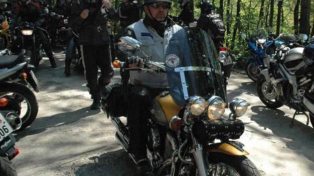 Probouzení netopýrů v jeskyním kompexu Pekelných dolů je pro motorkáře velkou a  tradiční událostí.