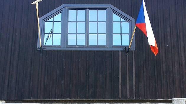 Stop hrabivosti, my chceme také evropské peníze, vzkázaly symbolickým protestem ve středu stovky obcí po celé republice. Mezi nimi je například Hamr na Jezeře, kde dřevěné hrábě visí na obecním úřadu vedle státní vlajky.