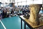 Besedy s Pavlem Justichem se zúčastnilo na 200 studentů gymnázia i žáků z nedaleké základní školy. Dohromady vybrali na 8000 korun.
