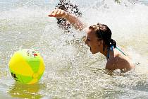 První vlna veder v polovině června přilákala  na koupaliště v Zákupech řadu návštěvníků.  Ti si mohli, díky přijatým opatřením, bez obav užívat vodních hrátek.