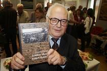 Mimoňský badatel Osvald Hons se svojí knihou, čerstvě pokřtěnou šampaňským.