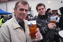 Na slavnostní otevření pivovaru se do Cvikova v sobotu sjelo až pět tisíc lidí, pivo chutná.