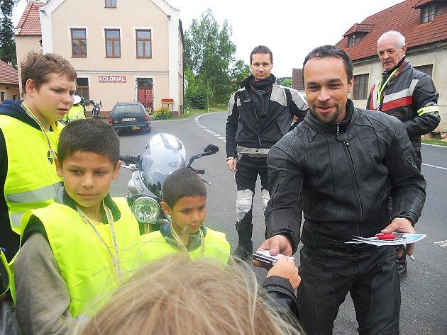 Děti zdomova vDeštné namalovaly obrázky se sluníčky a mráčky, kterými motorkáře při sobotní dopravní kontrole po zásluze odměnily.
