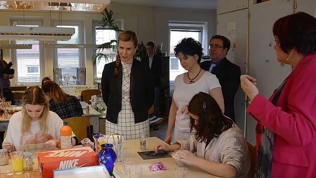 Ministryně školství Kateřina Valachová navštívila Liberecký kraj, jednou ze zastávek byla i sklářská škola v Boru.