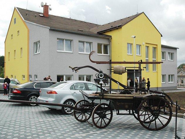 Nový Oldřichov se konečně může pyšnit reprezentativním kulturním domem. Při otevření nechyběly exponáty z další místní chlouby unikátního hasičského muzea.