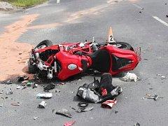 Těžké zranění mladého motorkáře si vyžádala včerejší dopravní nehoda v Provodíně.