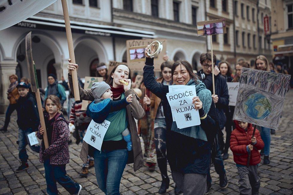 Rodiče budou kvůli klimatické krizi zpívat, sázet stromy i apelovat na politiky.