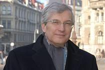 Jiří Kunert  je členem Národní ekonomické rady vlády a v oblasti bankovnictví se pohybuje už od roku 1976. Je prezidentem České bankovní asociace.