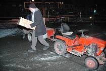 S přípravou ohnostroje pomáhal i starosta Kravař Vít Vomáčka