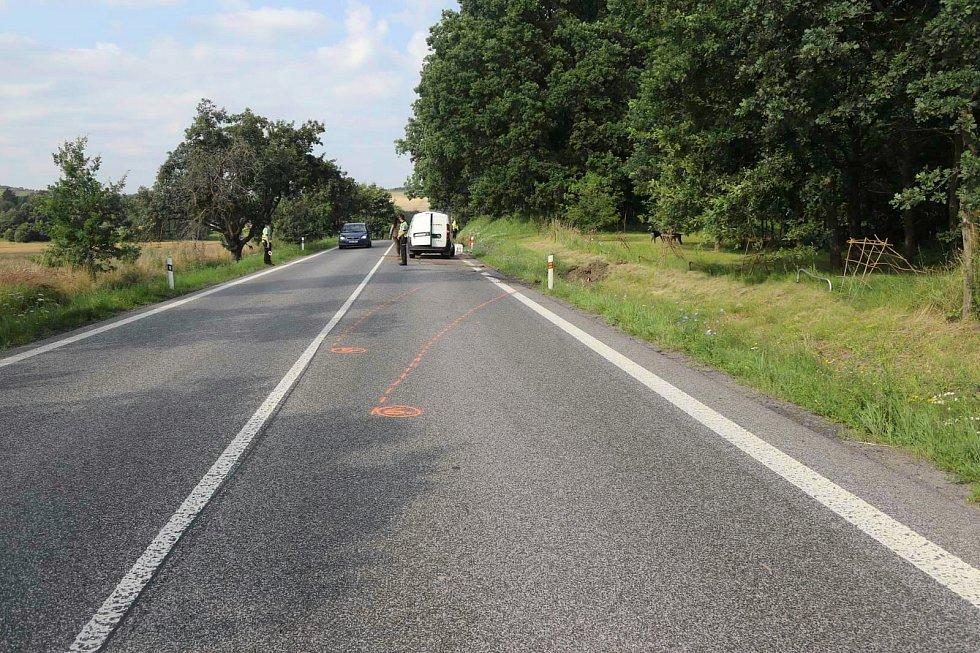 Motorkář zavinil havárii auta u Jestřebí. Pátrá po něm policie