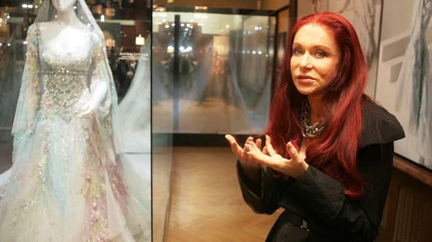Kouzelné šaty vytváří Blanka Matragi většinou z látky.