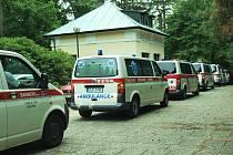 Špalír houkajících sanitek s blikajícími majáky v úterý odpoledne na pár okamžiků přerušil pietní atmosféru Lesního hřbitova v Novém Boru. Jejich řidiči tak uctili památku svého šéfa.