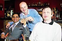 Novoborští šachisté si prvenství v extralize užívali. Na snímku zleva opora mužstva, indický velmistra Krishnan Sasikiran, kapitán Petr Boleslav a velmistr Petr Hába.