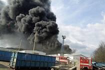 Náročné odpoledne v úterý zažívali hasiči na Českolipsku. Likvidovali venkovní požár plastů ve firmě Ladeo v Nových Zákupech.
