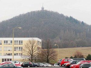 DOMINANTA krajiny kolem České Lípy kopec Špičák s rozhlednou, která je zatím pro návštěvníky zavřená.