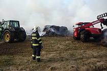Jednotky druhého stupně se ve středu sjely k požáru hromady staré trávy v části obce Kněžice u Jablonného v Podještědí.