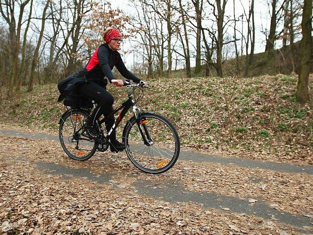 Spadané listí cyklistům většinou nevadí, horší to mají in-line bruslaři. Na úklid stezky si ale musejí počkat.