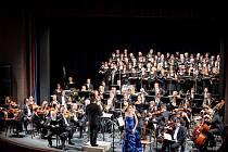 Slavnostní závěrečný koncert vsadil na osvědčený a velmi oblíbený titul, Orffovu kantátu Carmina Burana, v symbolickém česko-německém obsazení.